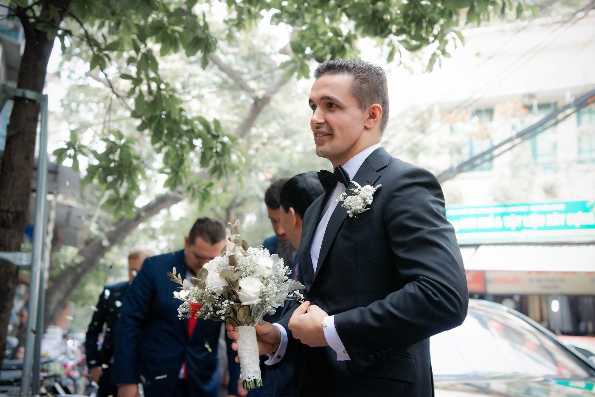 Toàn cảnh lễ đón dâu tại nhà phố cổ của siêu mẫu Phương Mai: Chú rể xuất hiện cùng đoàn xe sang, cô dâu òa khóc ôm chặt mẹ ruột  - Ảnh 3.
