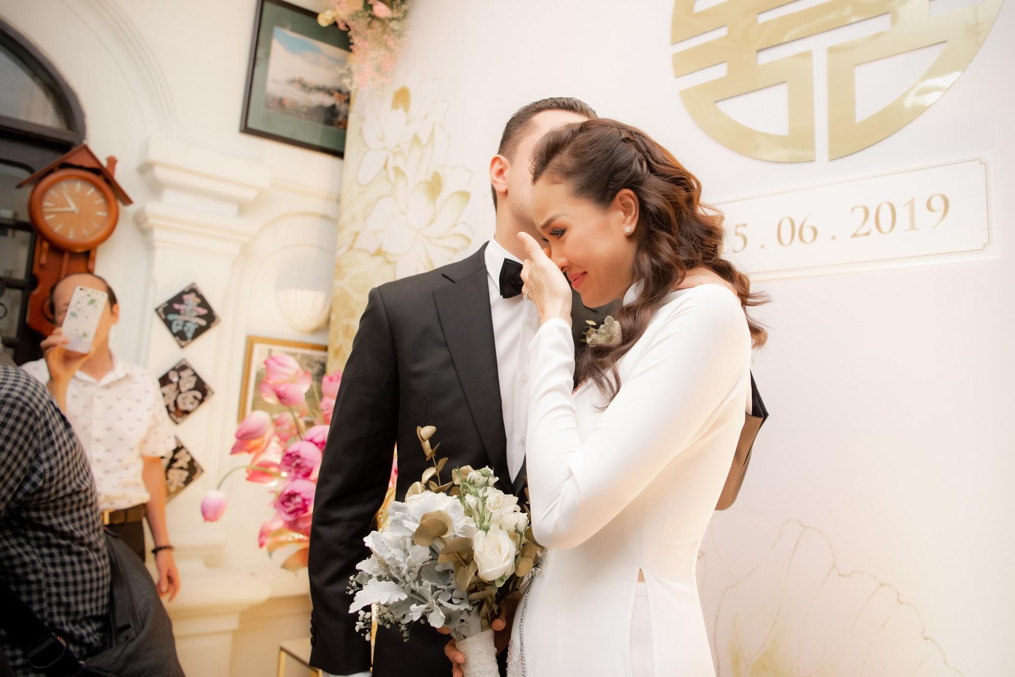 Toàn cảnh lễ đón dâu tại nhà phố cổ của siêu mẫu Phương Mai: Chú rể xuất hiện cùng đoàn xe sang, cô dâu òa khóc ôm chặt mẹ ruột  - Ảnh 7.