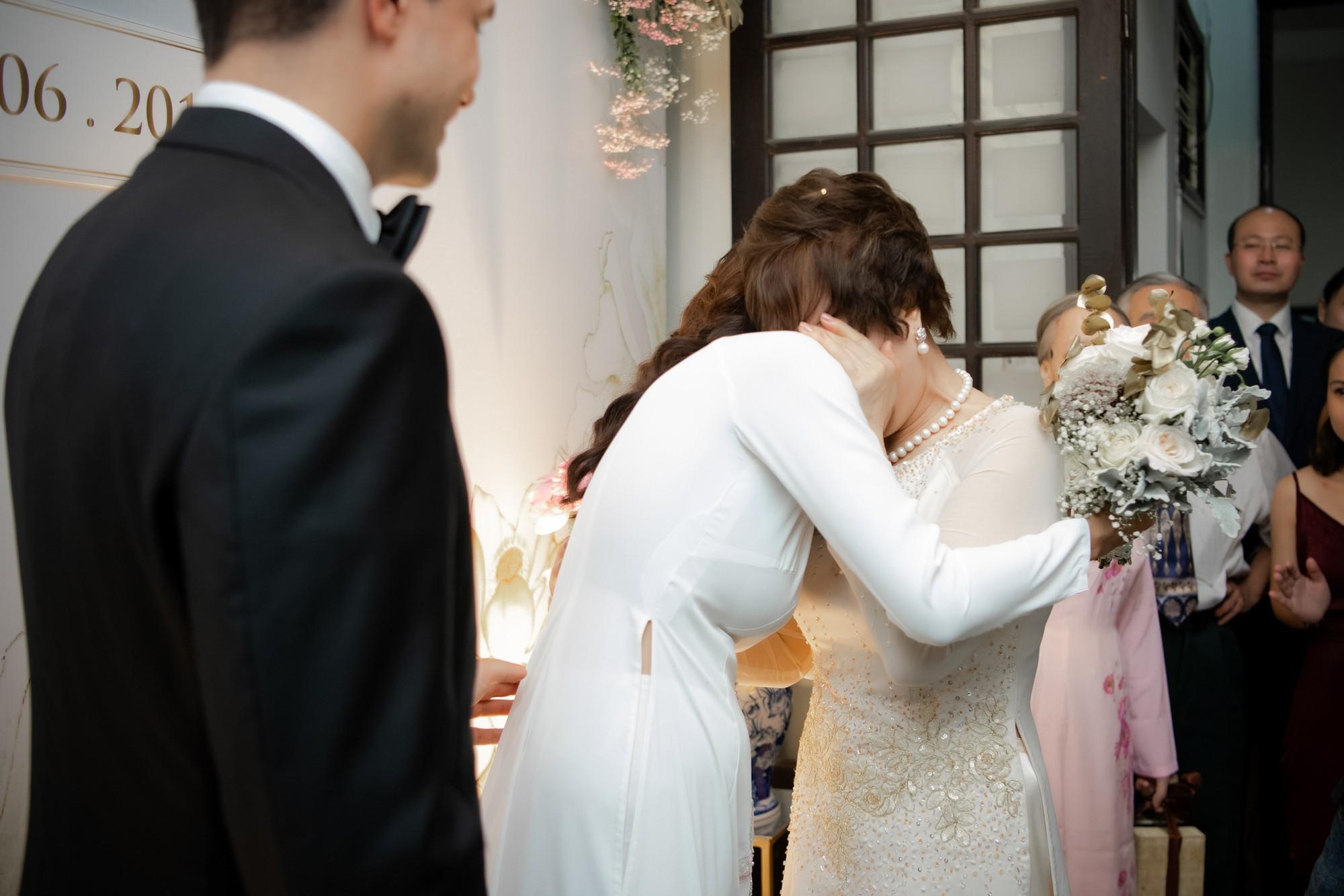 Toàn cảnh lễ đón dâu tại nhà phố cổ của siêu mẫu Phương Mai: Chú rể xuất hiện cùng đoàn xe sang, cô dâu òa khóc ôm chặt mẹ ruột  - Ảnh 10.