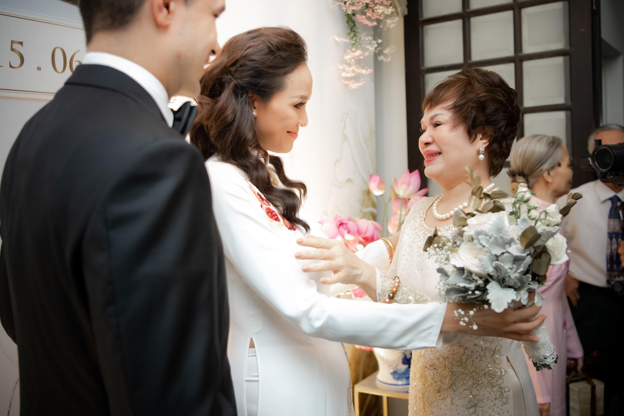 Toàn cảnh lễ đón dâu tại nhà phố cổ của siêu mẫu Phương Mai: Chú rể xuất hiện cùng đoàn xe sang, cô dâu òa khóc ôm chặt mẹ ruột  - Ảnh 9.