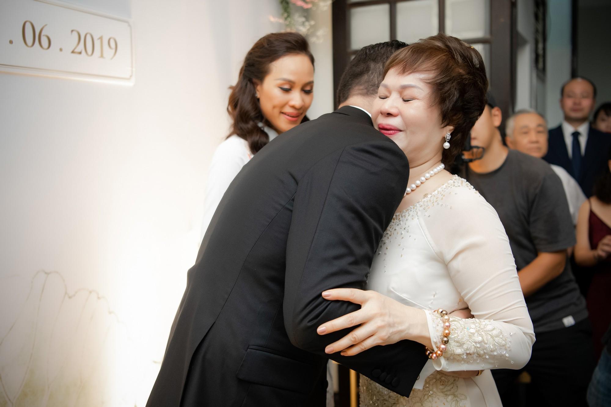Toàn cảnh lễ đón dâu tại nhà phố cổ của siêu mẫu Phương Mai: Chú rể xuất hiện cùng đoàn xe sang, cô dâu òa khóc ôm chặt mẹ ruột  - Ảnh 11.