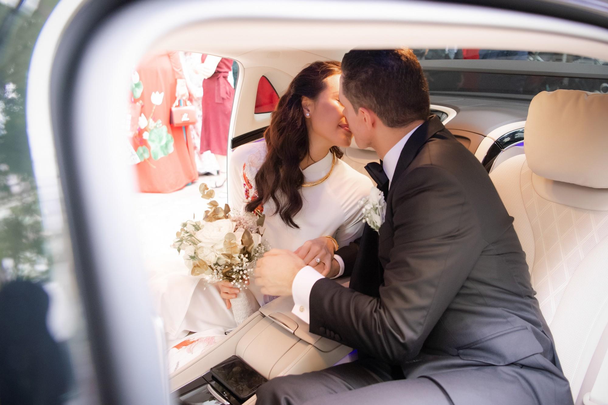 Toàn cảnh lễ đón dâu tại nhà phố cổ của siêu mẫu Phương Mai: Chú rể xuất hiện cùng đoàn xe sang, cô dâu òa khóc ôm chặt mẹ ruột  - Ảnh 12.