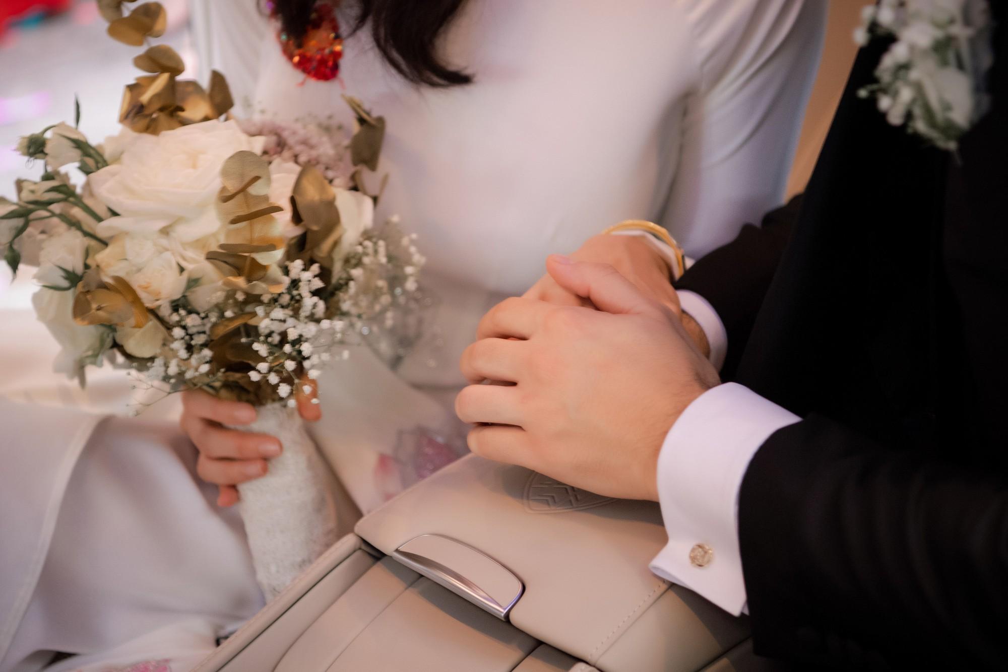 Toàn cảnh lễ đón dâu tại nhà phố cổ của siêu mẫu Phương Mai: Chú rể xuất hiện cùng đoàn xe sang, cô dâu òa khóc ôm chặt mẹ ruột  - Ảnh 13.