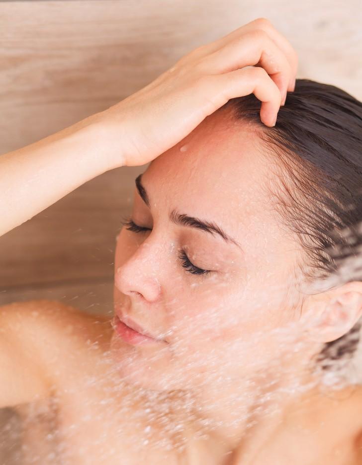 Để tóc nhanh dài và mềm mượt trong mùa hè thì hãy duy trì những thói quen này thường xuyên - Ảnh 4.