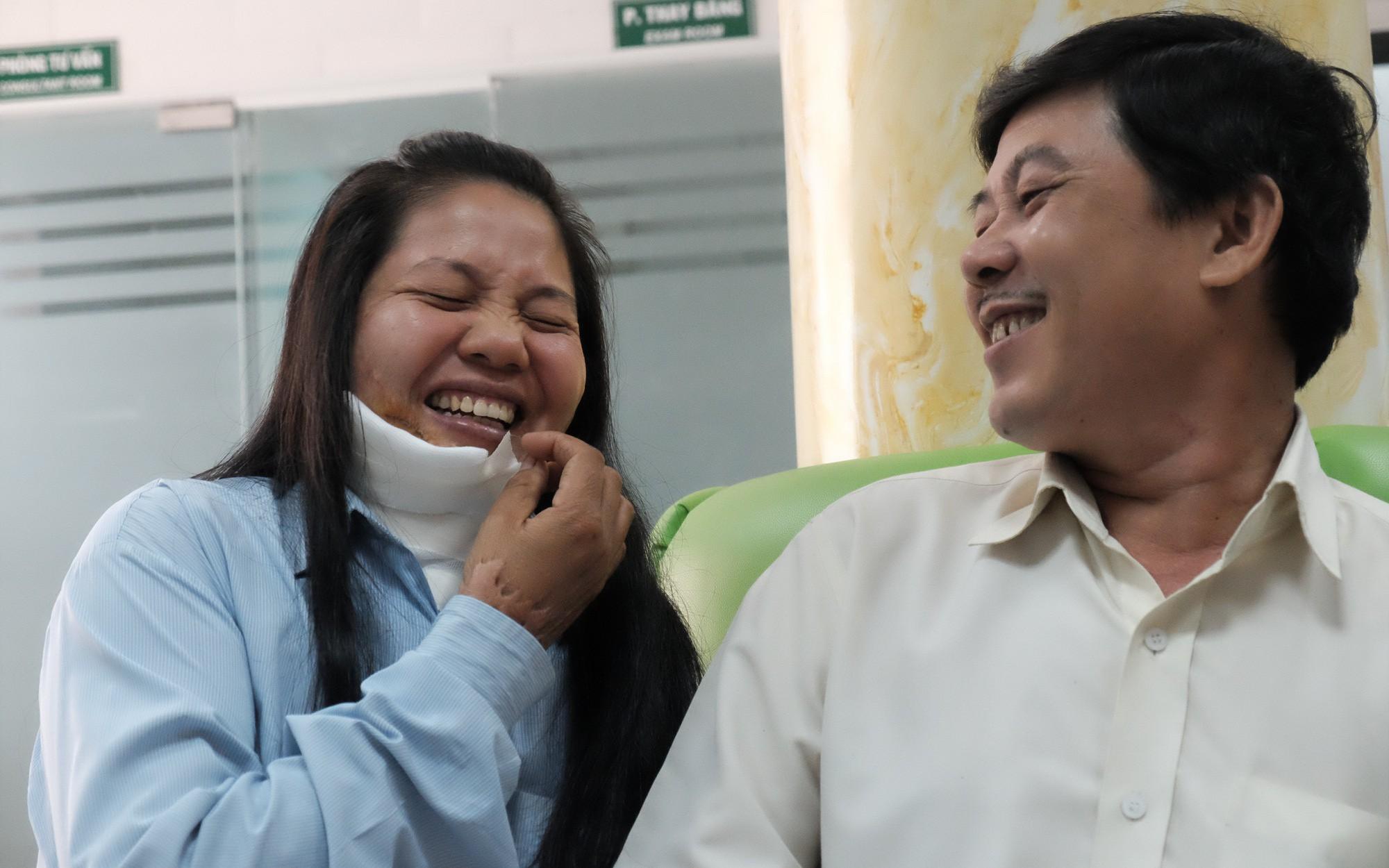 """Vợ bị tạt axit làm biến dạng khuôn mặt, người chồng liệt tay vẫn lặng lẽ chăm sóc suốt 6 năm: """"Với anh, vợ là quan trọng nhất"""""""
