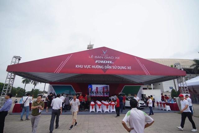 VinFast bàn giao hàng trăm xe ô tô Fadil, khách hàng tự hào: Người Việt dùng hàng Việt! - Ảnh 1.