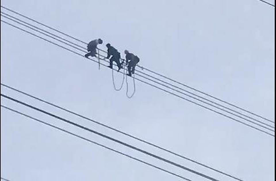 Giải cứu nam thanh niên ngồi vắt vẻo trên đường điện cao thế suốt hơn 3 giờ đồng hồ - Ảnh 1.