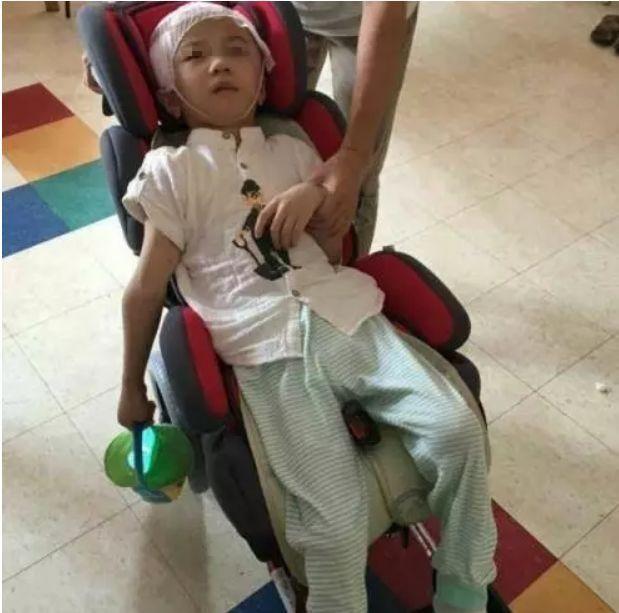 Bé trai 6 tuổi bị mẹ kế bạo hành bị tổn thương 75% não phải sống đời thực vật, bố ruột biết chuyện bỏ trốn mất dạng - Ảnh 3.