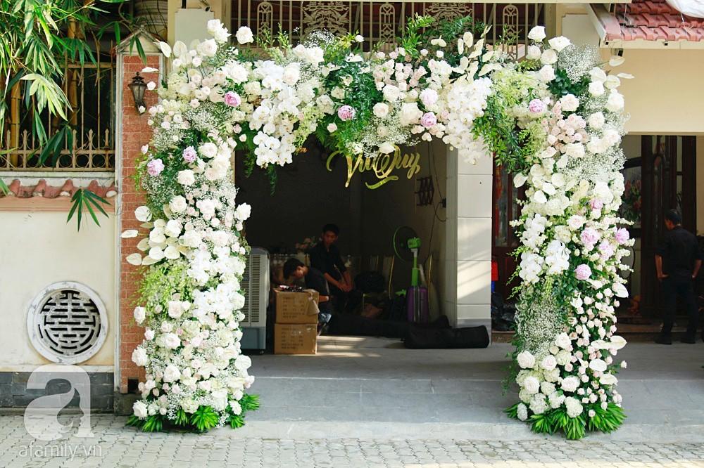 Trực tiếp đám cưới Dương Khắc Linh - Sara Lưu: Nhà cô dâu bày tiệc hoa giản dị, không phô trương - Ảnh 2.