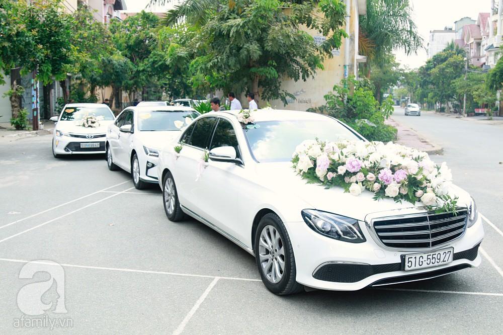 Đám cưới Dương Khắc Linh - Sara Lưu: Đoàn xe sang màu trắng tới rước dâu, mẹ chú rể trao nhiều trang sức quý cho cô dâu làm của hồi môn - Ảnh 1.