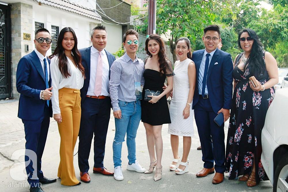 Đám cưới Dương Khắc Linh - Sara Lưu: Đoàn xe sang màu trắng tới rước dâu, mẹ chú rể trao nhiều trang sức quý cho cô dâu làm của hồi môn - Ảnh 3.