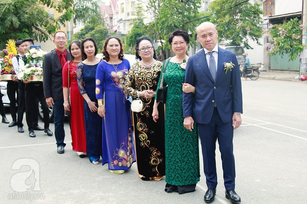 Đám cưới Dương Khắc Linh - Sara Lưu: Đoàn xe sang màu trắng tới rước dâu, mẹ chú rể trao nhiều trang sức quý cho cô dâu làm của hồi môn - Ảnh 4.
