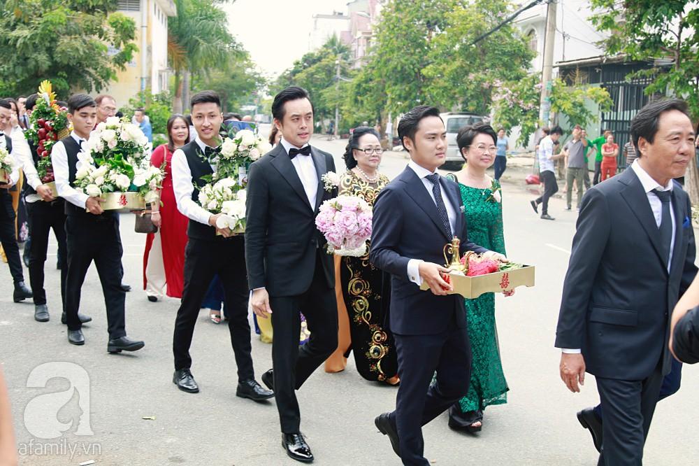 Đám cưới Dương Khắc Linh - Sara Lưu: Đoàn xe sang màu trắng tới rước dâu, mẹ chú rể trao nhiều trang sức quý cho cô dâu làm của hồi môn - Ảnh 7.