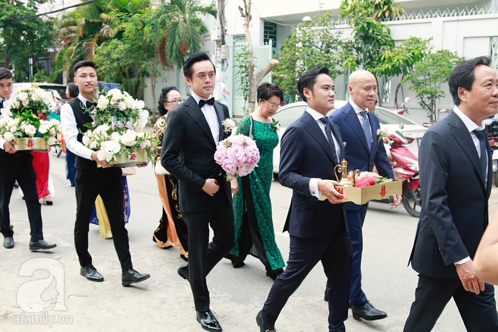 Đám cưới Dương Khắc Linh - Sara Lưu: Đoàn xe sang màu trắng tới rước dâu, mẹ chú rể trao nhiều trang sức quý cho cô dâu làm của hồi môn - Ảnh 8.