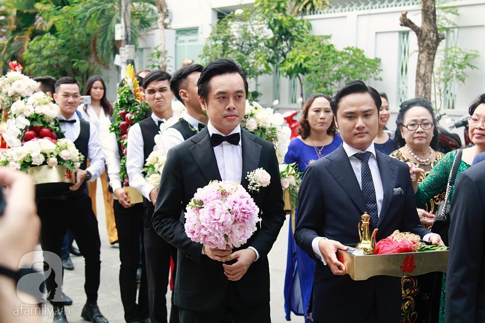 Đám cưới Dương Khắc Linh - Sara Lưu: Đoàn xe sang màu trắng tới rước dâu, mẹ chú rể trao nhiều trang sức quý cho cô dâu làm của hồi môn - Ảnh 9.