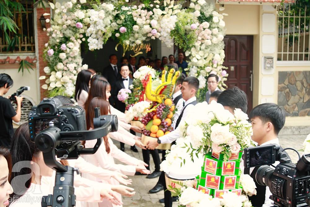 Đám cưới Dương Khắc Linh - Sara Lưu: Đoàn xe sang màu trắng tới rước dâu, mẹ chú rể trao nhiều trang sức quý cho cô dâu làm của hồi môn - Ảnh 11.