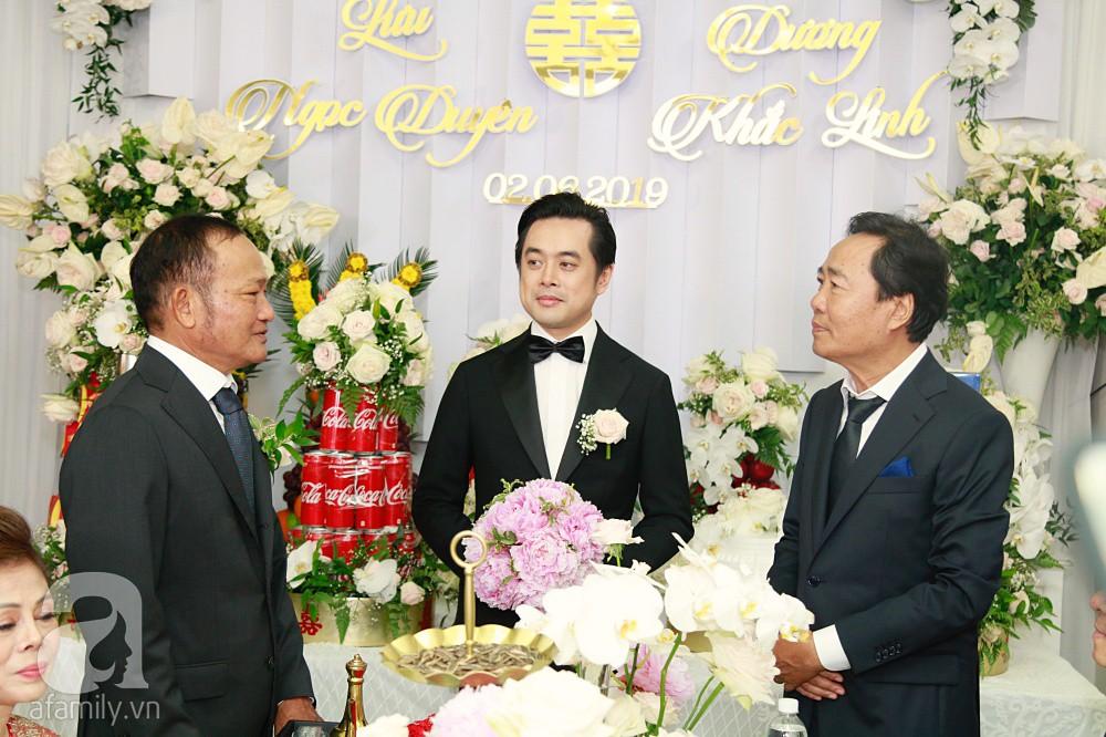 Đám cưới Dương Khắc Linh - Sara Lưu: Đoàn xe sang màu trắng tới rước dâu, mẹ chú rể trao nhiều trang sức quý cho cô dâu làm của hồi môn - Ảnh 14.