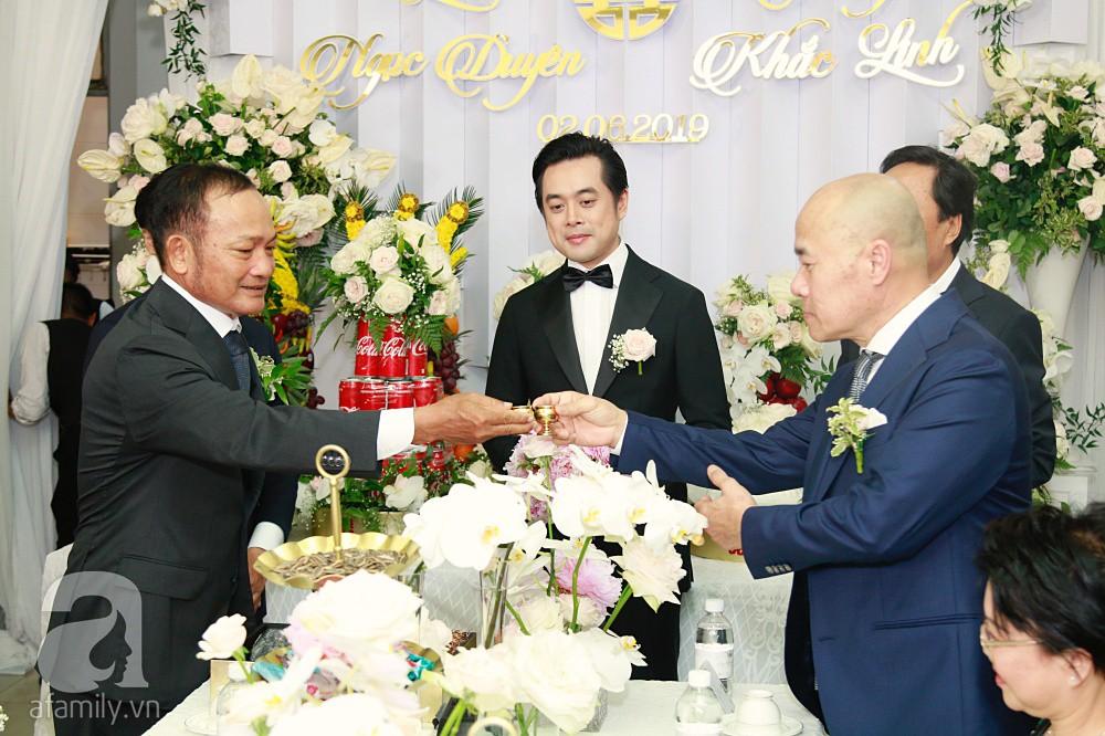 Đám cưới Dương Khắc Linh - Sara Lưu: Đoàn xe sang màu trắng tới rước dâu, mẹ chú rể trao nhiều trang sức quý cho cô dâu làm của hồi môn - Ảnh 15.