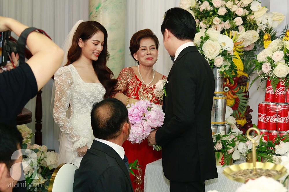 Đám cưới Dương Khắc Linh - Sara Lưu: Đoàn xe sang màu trắng tới rước dâu, mẹ chú rể trao nhiều trang sức quý cho cô dâu làm của hồi môn - Ảnh 16.