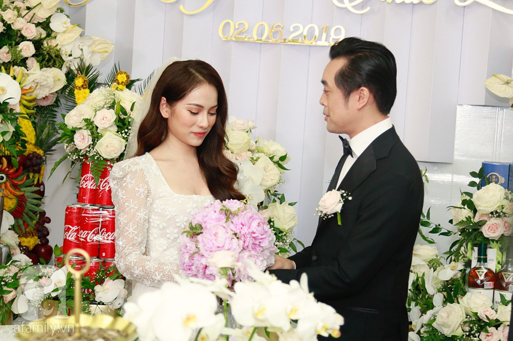 Đám cưới Dương Khắc Linh - Sara Lưu: Đoàn xe sang màu trắng tới rước dâu, mẹ chú rể trao nhiều trang sức quý cho cô dâu làm của hồi môn - Ảnh 17.