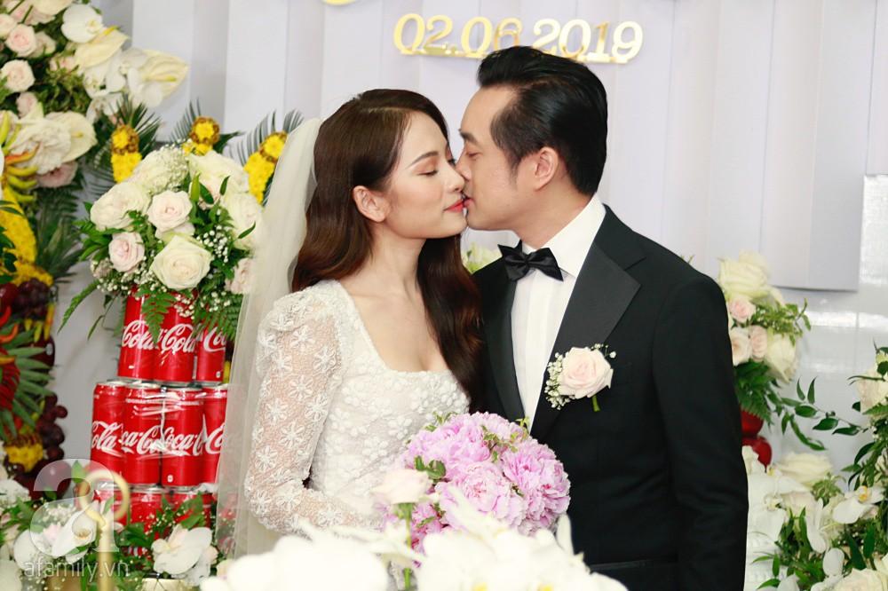 Đám cưới Dương Khắc Linh - Sara Lưu: Đoàn xe sang màu trắng tới rước dâu, mẹ chú rể trao nhiều trang sức quý cho cô dâu làm của hồi môn - Ảnh 18.