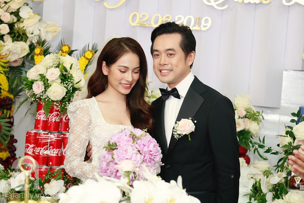Đám cưới Dương Khắc Linh - Sara Lưu: Đoàn xe sang màu trắng tới rước dâu, mẹ chú rể trao nhiều trang sức quý cho cô dâu làm của hồi môn - Ảnh 19.