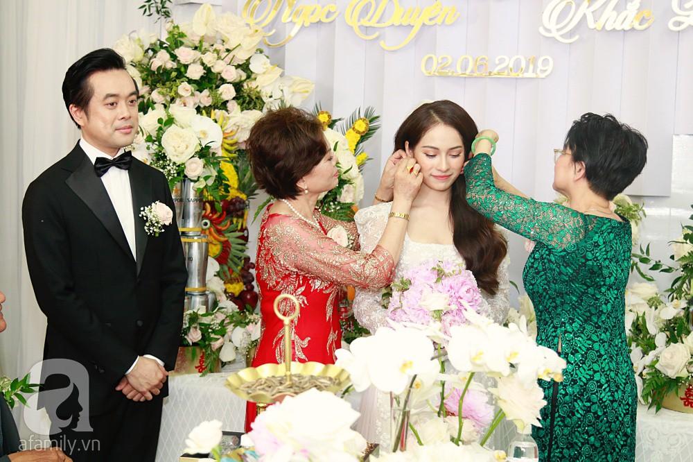 Đám cưới Dương Khắc Linh - Sara Lưu: Đoàn xe sang màu trắng tới rước dâu, mẹ chú rể trao nhiều trang sức quý cho cô dâu làm của hồi môn - Ảnh 20.