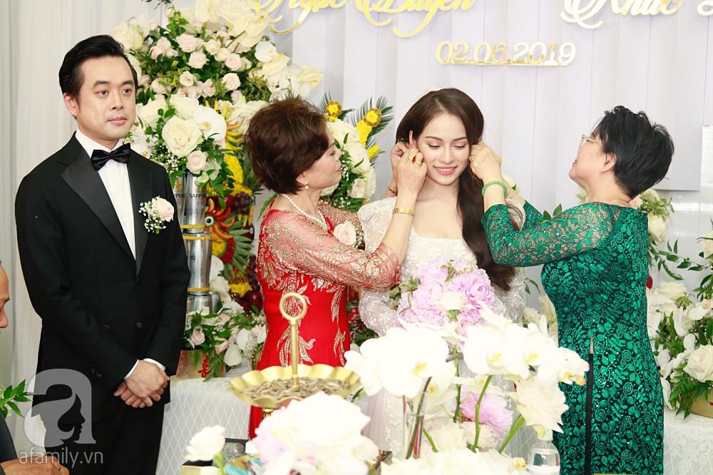 Đám cưới Dương Khắc Linh - Sara Lưu: Đoàn xe sang màu trắng tới rước dâu, mẹ chú rể trao nhiều trang sức quý cho cô dâu làm của hồi môn - Ảnh 21.