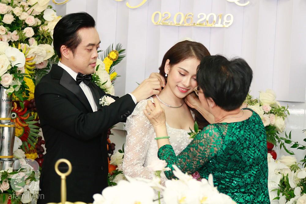Đám cưới Dương Khắc Linh - Sara Lưu: Đoàn xe sang màu trắng tới rước dâu, mẹ chú rể trao nhiều trang sức quý cho cô dâu làm của hồi môn - Ảnh 22.