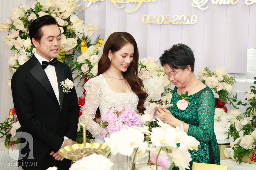 Đám cưới Dương Khắc Linh - Sara Lưu: Đoàn xe sang màu trắng tới rước dâu, mẹ chú rể trao nhiều trang sức quý cho cô dâu làm của hồi môn - Ảnh 23.