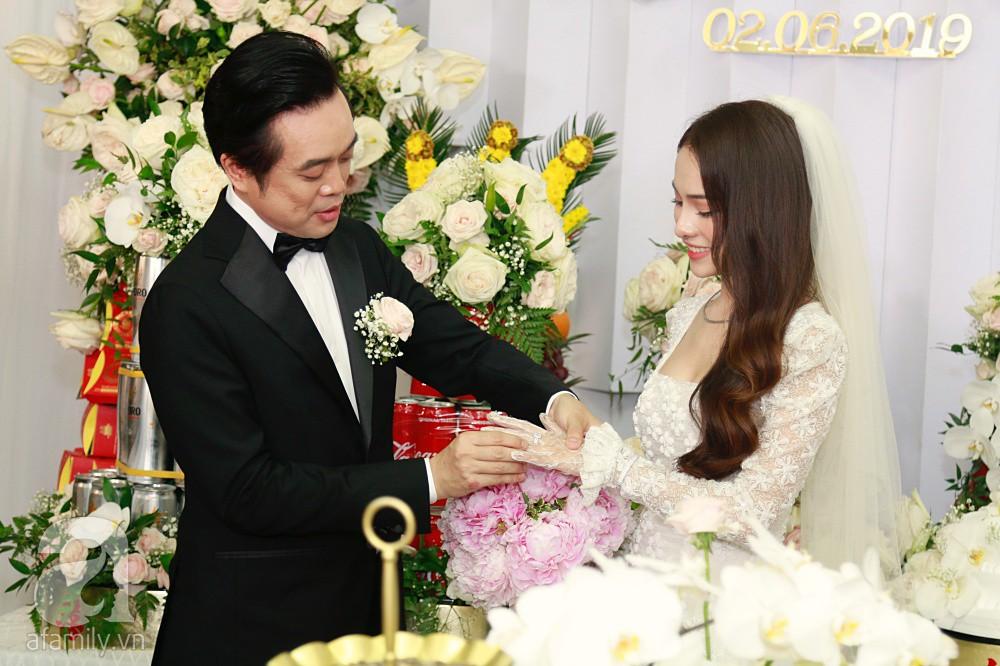 Đám cưới Dương Khắc Linh - Sara Lưu: Đoàn xe sang màu trắng tới rước dâu, mẹ chú rể trao nhiều trang sức quý cho cô dâu làm của hồi môn - Ảnh 24.