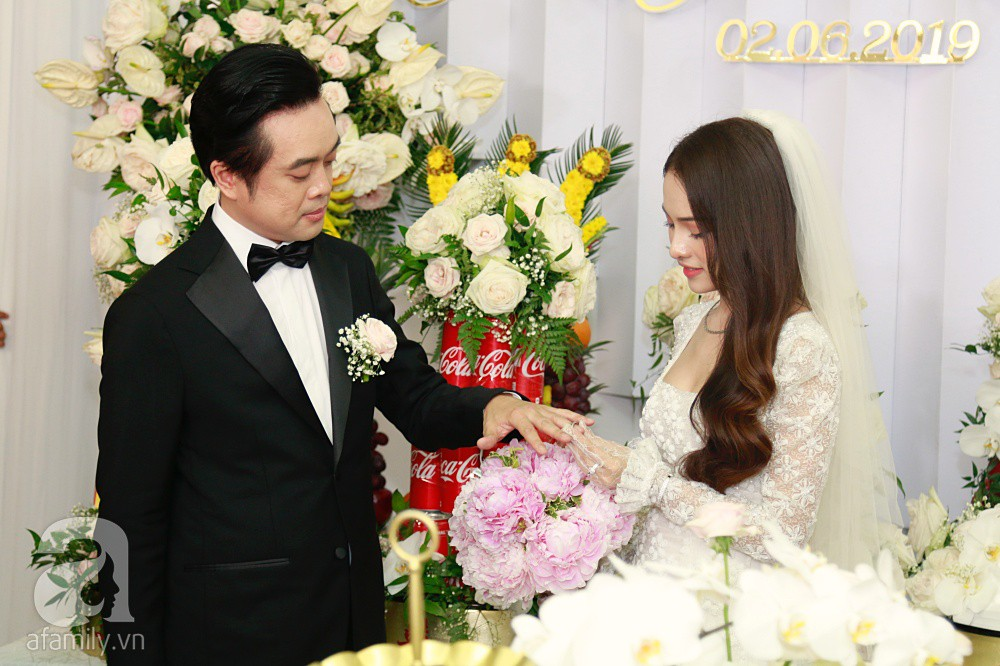 Đám cưới Dương Khắc Linh - Sara Lưu: Đoàn xe sang màu trắng tới rước dâu, mẹ chú rể trao nhiều trang sức quý cho cô dâu làm của hồi môn - Ảnh 25.