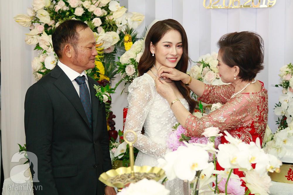 Đám cưới Dương Khắc Linh - Sara Lưu: Đoàn xe sang màu trắng tới rước dâu, mẹ chú rể trao nhiều trang sức quý cho cô dâu làm của hồi môn - Ảnh 26.