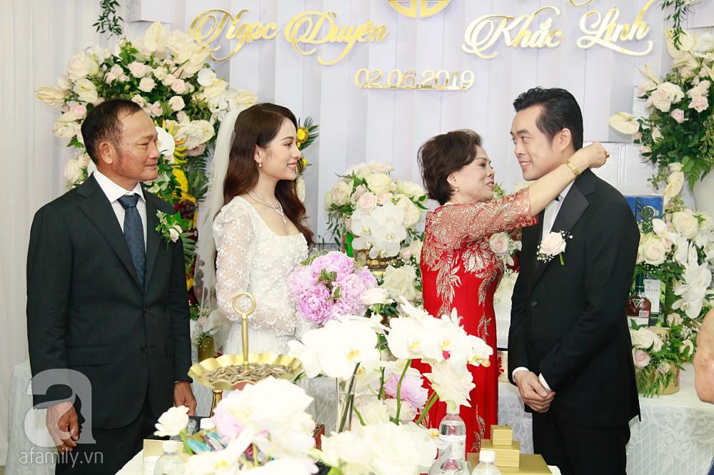 Đám cưới Dương Khắc Linh - Sara Lưu: Đoàn xe sang màu trắng tới rước dâu, mẹ chú rể trao nhiều trang sức quý cho cô dâu làm của hồi môn - Ảnh 27.