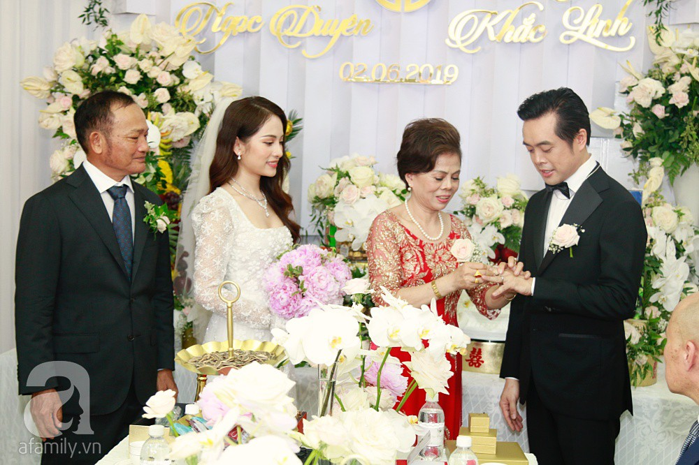Đám cưới Dương Khắc Linh - Sara Lưu: Đoàn xe sang màu trắng tới rước dâu, mẹ chú rể trao nhiều trang sức quý cho cô dâu làm của hồi môn - Ảnh 28.