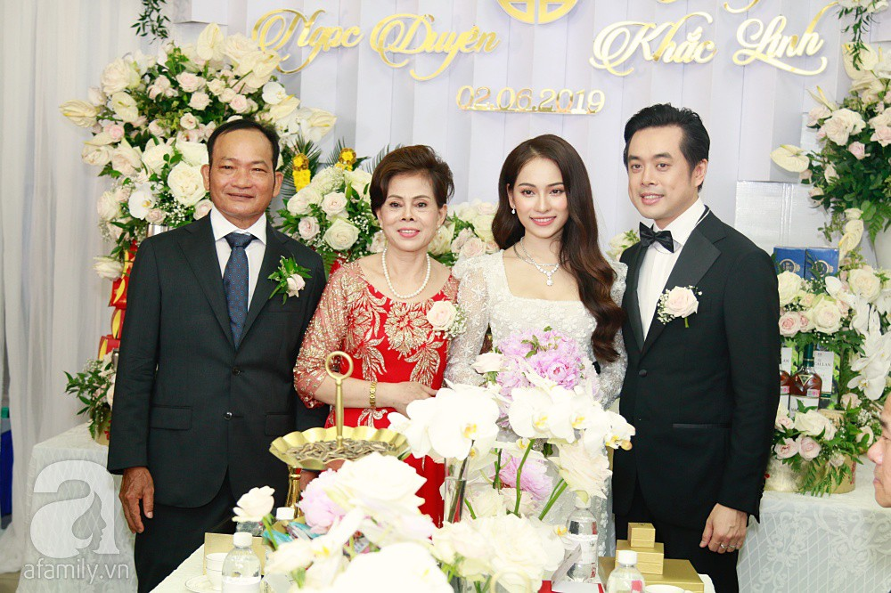 Đám cưới Dương Khắc Linh - Sara Lưu: Đoàn xe sang màu trắng tới rước dâu, mẹ chú rể trao nhiều trang sức quý cho cô dâu làm của hồi môn - Ảnh 29.