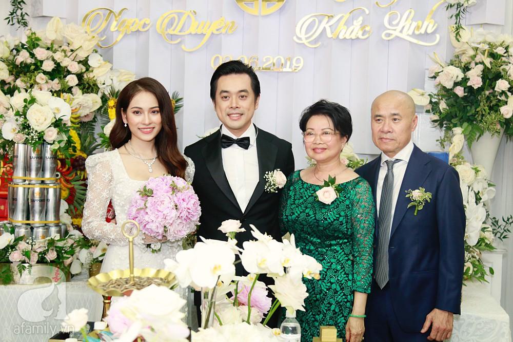 Đám cưới Dương Khắc Linh - Sara Lưu: Đoàn xe sang màu trắng tới rước dâu, mẹ chú rể trao nhiều trang sức quý cho cô dâu làm của hồi môn - Ảnh 30.
