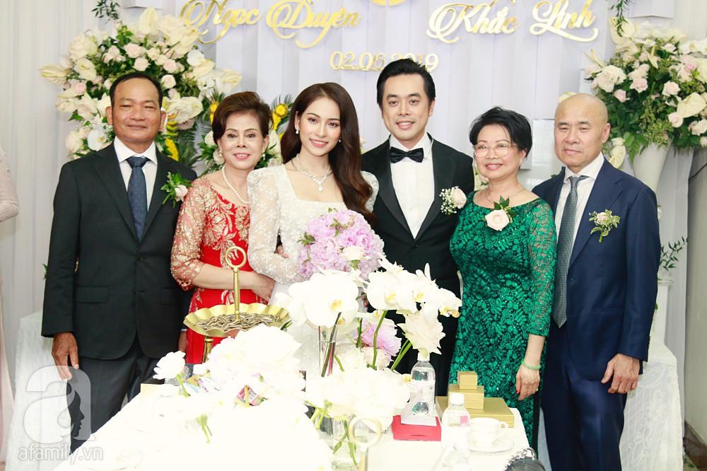 Đám cưới Dương Khắc Linh - Sara Lưu: Đoàn xe sang màu trắng tới rước dâu, mẹ chú rể trao nhiều trang sức quý cho cô dâu làm của hồi môn - Ảnh 31.