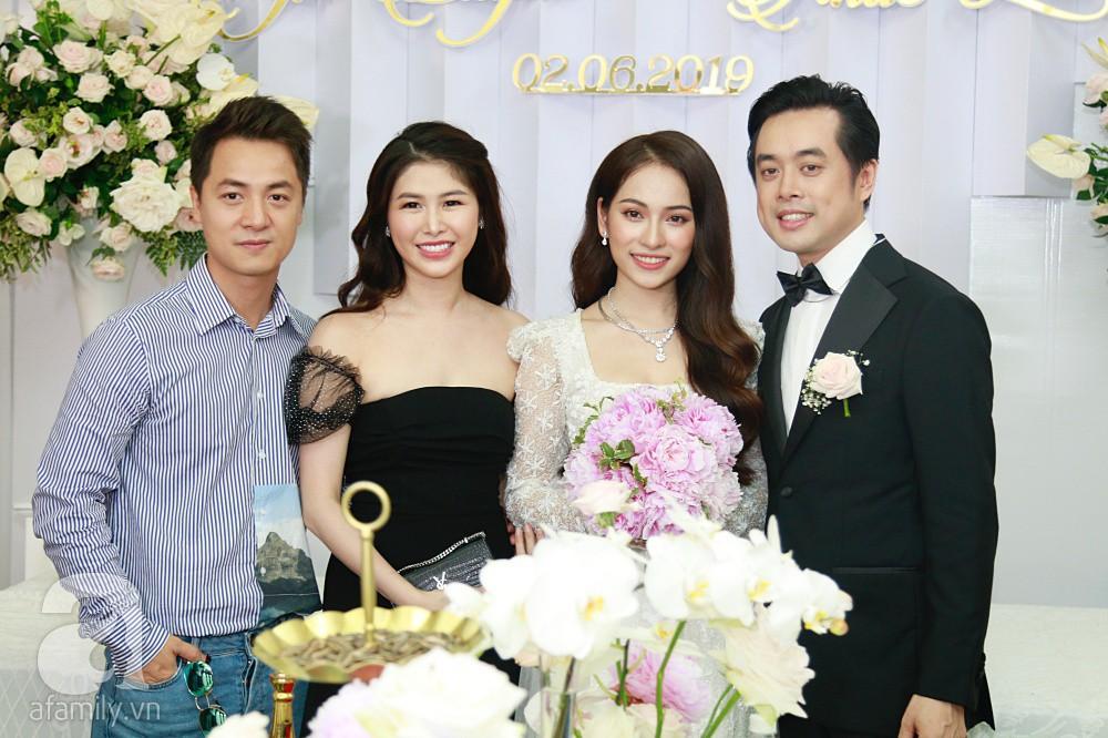 Đám cưới Dương Khắc Linh - Sara Lưu: Cô dâu chú rể hôn nhau say đắm, vui vẻ đùa giỡn kiểu Hàn Quốc như chốn không người - Ảnh 1.