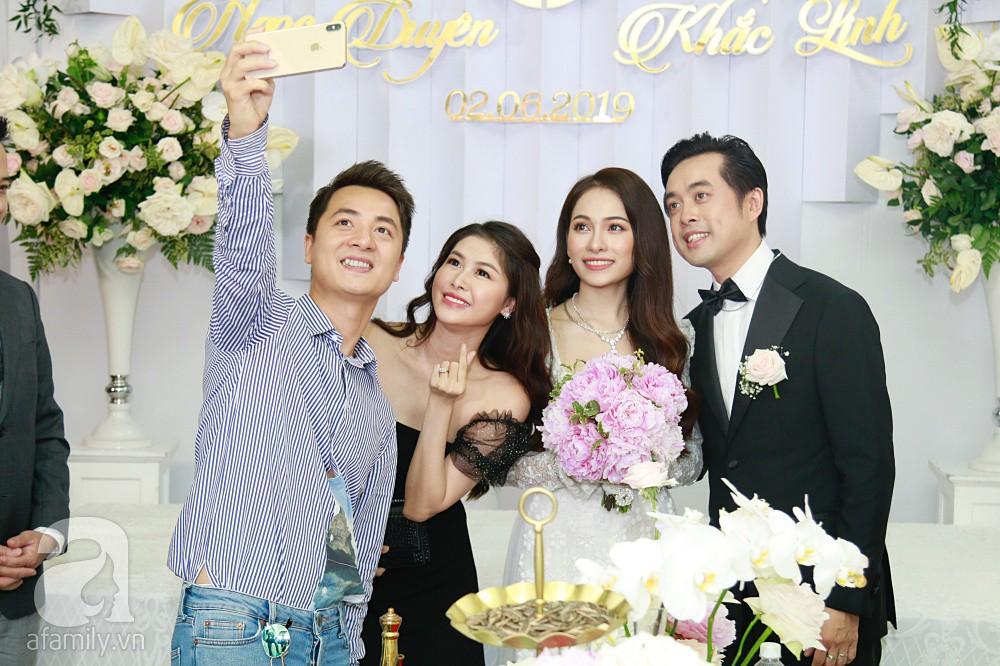 Đám cưới Dương Khắc Linh - Sara Lưu: Cô dâu chú rể hôn nhau say đắm, vui vẻ đùa giỡn kiểu Hàn Quốc như chốn không người - Ảnh 2.