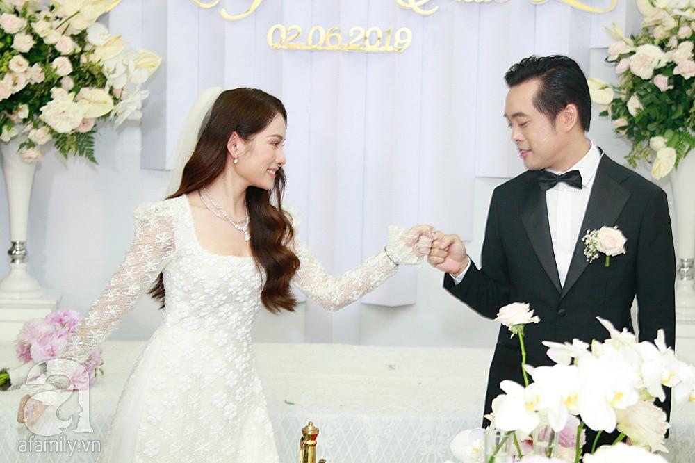 Đám cưới Dương Khắc Linh - Sara Lưu: Cô dâu chú rể hôn nhau say đắm, vui vẻ đùa giỡn kiểu Hàn Quốc như chốn không người - Ảnh 6.
