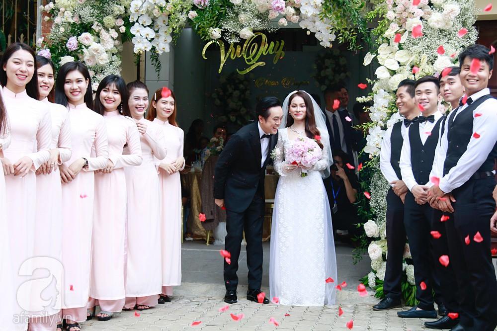 Đám cưới Dương Khắc Linh - Sara Lưu: Cô dâu chú rể hôn nhau say đắm, vui vẻ đùa giỡn kiểu Hàn Quốc như chốn không người - Ảnh 8.