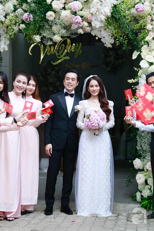 Đám cưới Dương Khắc Linh - Sara Lưu: Cô dâu chú rể hôn nhau say đắm, vui vẻ đùa giỡn kiểu Hàn Quốc như chốn không người - Ảnh 12.