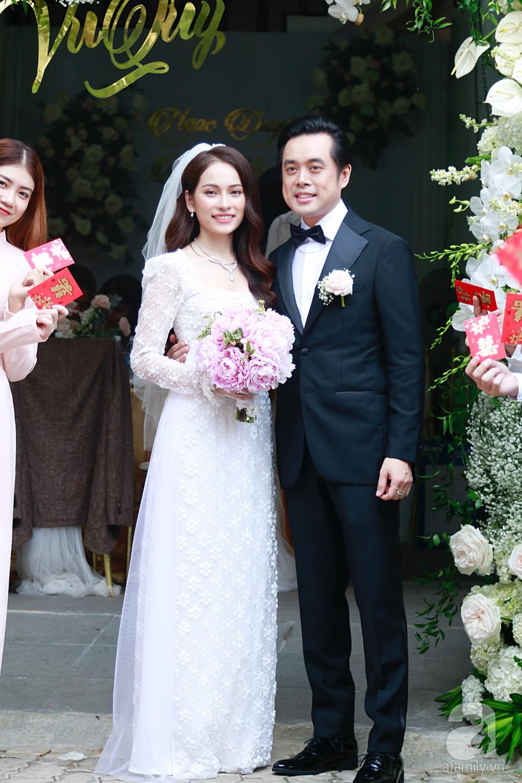 Đám cưới Dương Khắc Linh - Sara Lưu: Cô dâu chú rể hôn nhau say đắm, vui vẻ đùa giỡn kiểu Hàn Quốc như chốn không người - Ảnh 13.