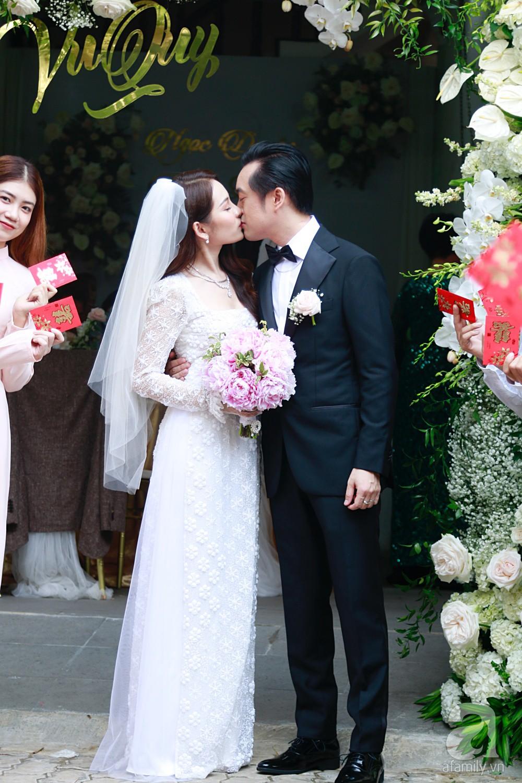Đám cưới Dương Khắc Linh - Sara Lưu: Cô dâu chú rể hôn nhau say đắm, vui vẻ đùa giỡn kiểu Hàn Quốc như chốn không người - Ảnh 14.