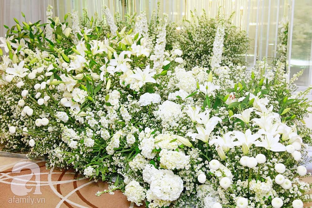 Cận cảnh không gian tiệc cưới xa hoa với thực đơn 5 sao đắt đỏ và hoa tươi tiền tỷ của Dương Khắc Linh - Sara Lưu - Ảnh 1.