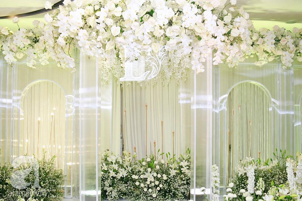 Cận cảnh không gian tiệc cưới xa hoa với thực đơn 5 sao đắt đỏ và hoa tươi tiền tỷ của Dương Khắc Linh - Sara Lưu - Ảnh 2.