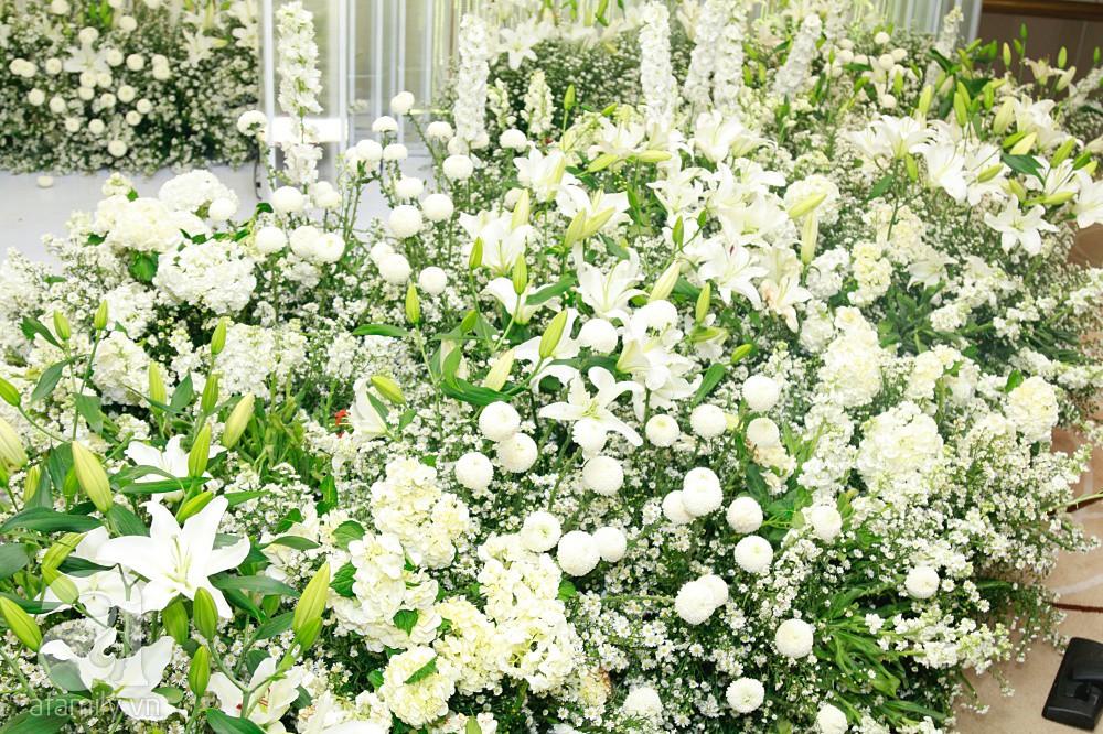 Cận cảnh không gian tiệc cưới xa hoa với thực đơn 5 sao đắt đỏ và hoa tươi tiền tỷ của Dương Khắc Linh - Sara Lưu - Ảnh 3.
