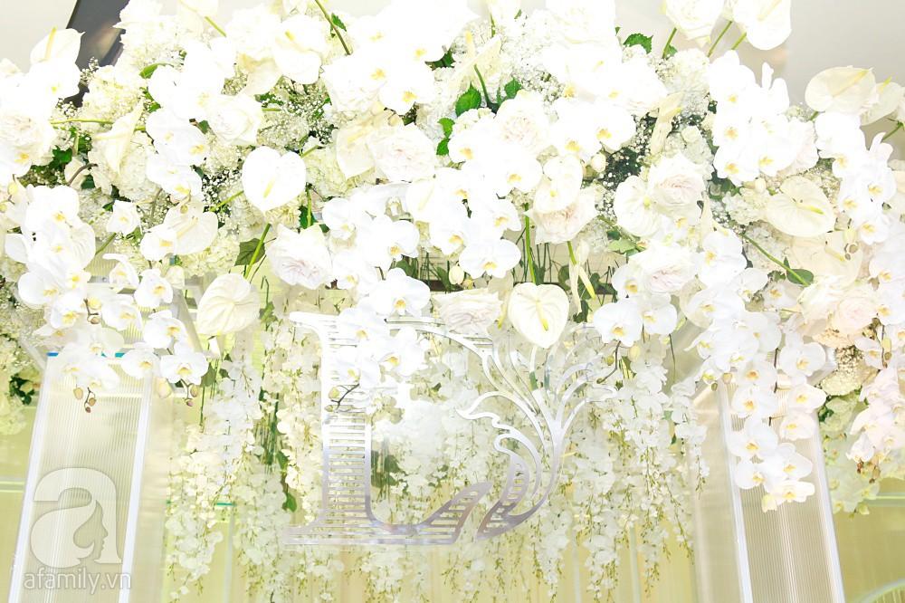 Cận cảnh không gian tiệc cưới xa hoa với thực đơn 5 sao đắt đỏ và hoa tươi tiền tỷ của Dương Khắc Linh - Sara Lưu - Ảnh 11.