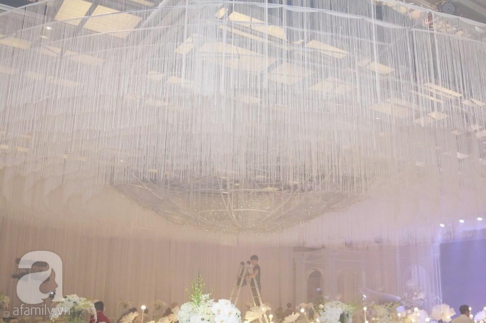 Cận cảnh không gian tiệc cưới xa hoa với thực đơn 5 sao đắt đỏ và hoa tươi tiền tỷ của Dương Khắc Linh - Sara Lưu - Ảnh 17.